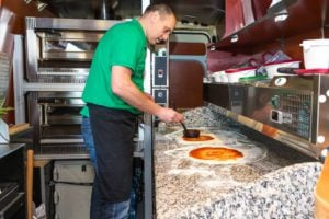 Pizzabus Sylvano pizza maken