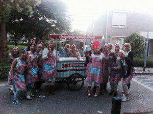 Foodtruck gasten op een verjaardag met de ijsfoodtruck T'iesmenke