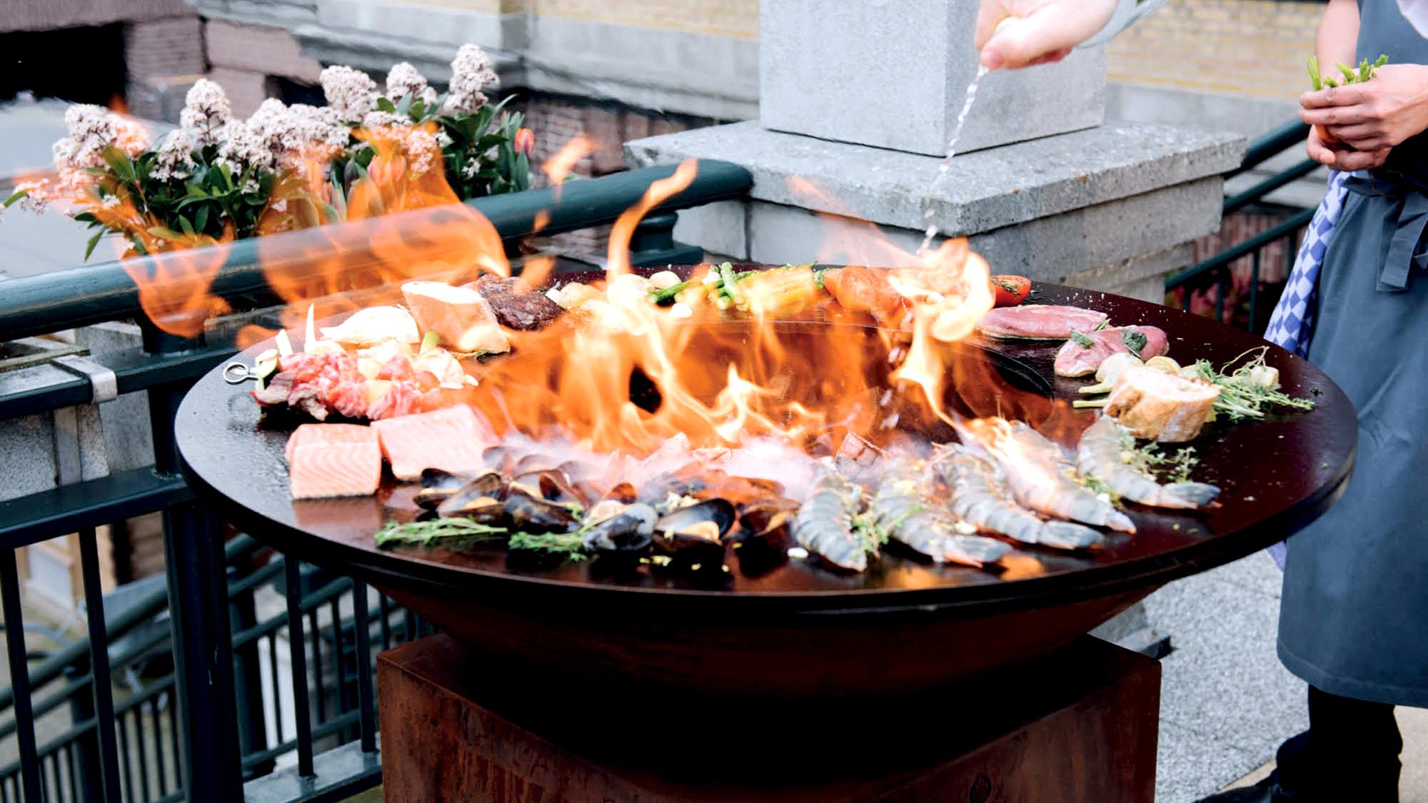 De Gelegenheid werkt graag buiten met de OFYR BBQ.